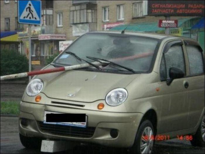 Странная и очень опасная парковка (3 фото)