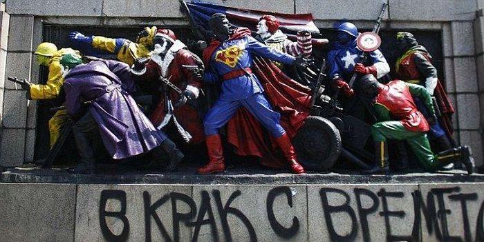 В Болгарии памятник воинам-освободителям раскрасили в героев комиксов (4 фото)