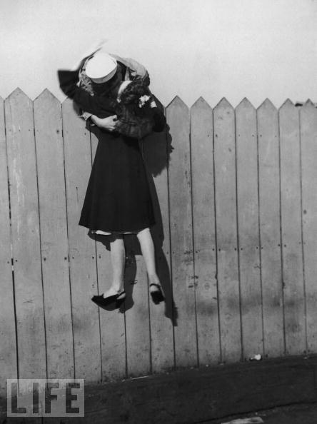 Самые необычные места для поцелуев (15 фото)