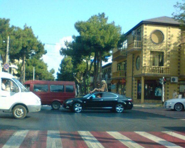 Украшение Lexusа - обнаженная девушка на крыше (2 фото)