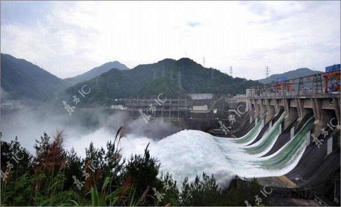 Китай начал сброс воды через дамбу (30 фото)