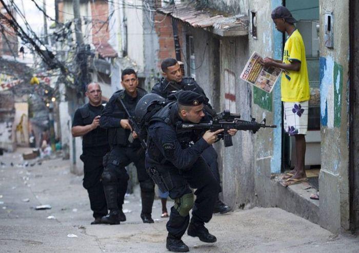 Армия провела зачистку трущоб в Рио-де-Жанейро ( 27 фото)