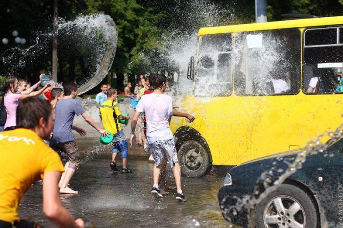 Водная битва в Харькове (37 фото)