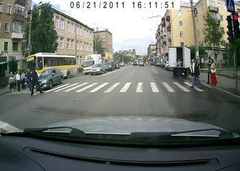 Пешеход отомстил водителю за невнимательность