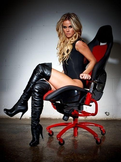 Девушка на офисном кресле фото 280-435