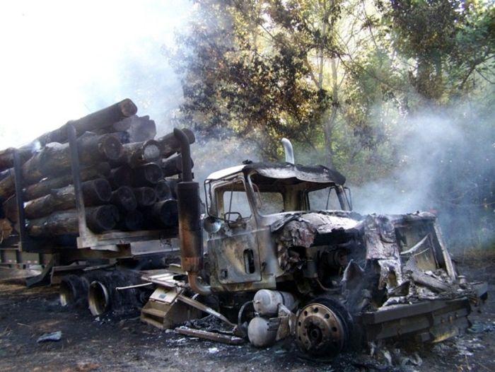 Лесовоз сгорел дотла (6 фото)