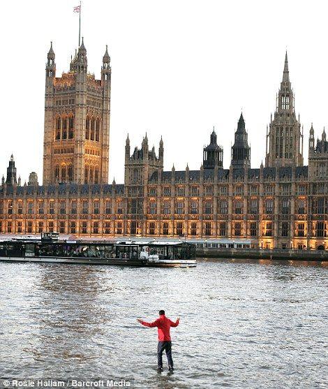 Британский иллюзионист прогулялся по воде Темзы ...(4 фото)