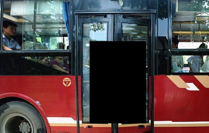 Водитель зажал пассажирку дверями (3 фото)