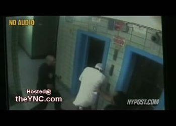 Полицейский избивает чернокожего парня