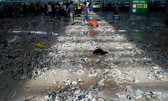Аэропорт Барселоны превратился в свалку (13 фото)