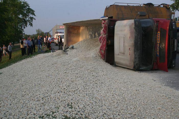 Что случится, если на машину высыпать грузовик щебня? (5 фото)