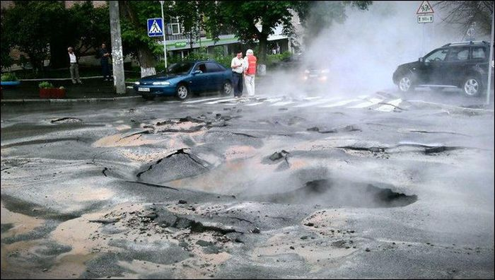 Улица превратилась в кипящую реку (10 фото)