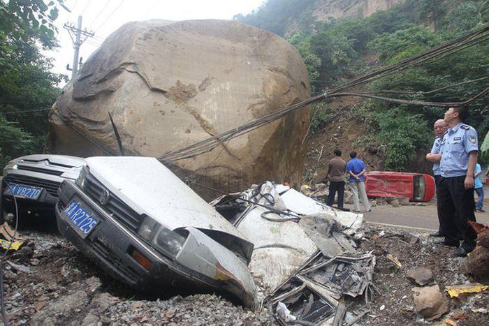 Валун весом 200 тонн раздавил 5 автомобилей (5 фото)