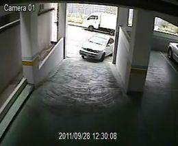 Женщина заезжает на паркинг