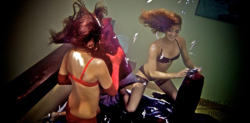 Подводная битва подушками (17 фото)
