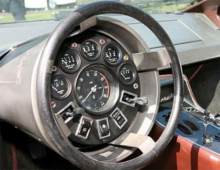 10 самых странных панелей приборов и рулей автомобиля (10 фото)