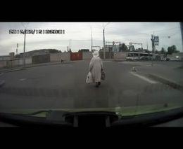 Смелая бабка на дороге