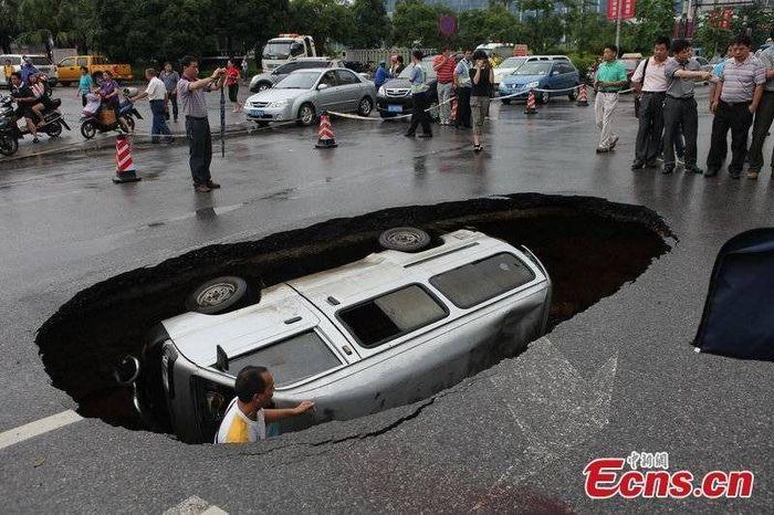 Очередной китайский дорожный провал (3 фото)