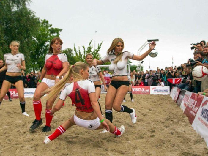 Порнозвезды сыграли в футбол (8 фото)