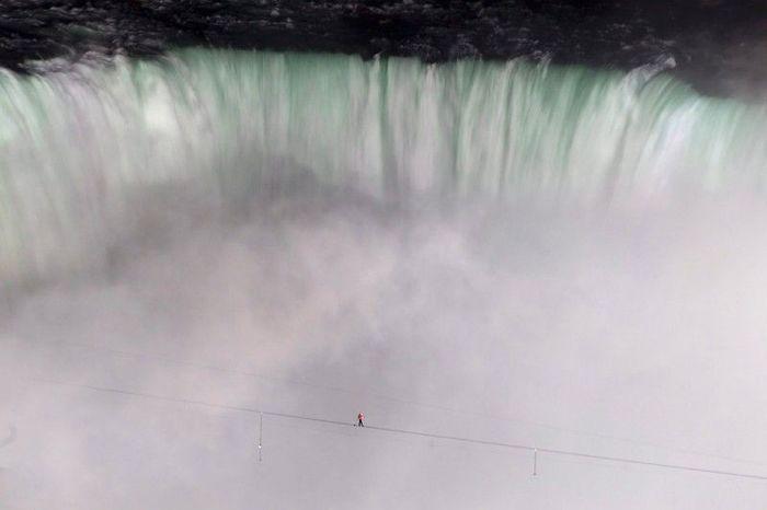 Канатоходец перешел через Ниагарский водопад (9 фото)