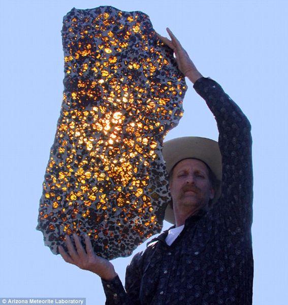 Красивый и таинственный метеорит (3 фото)