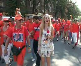Украинская журналистка и голландские болельщики