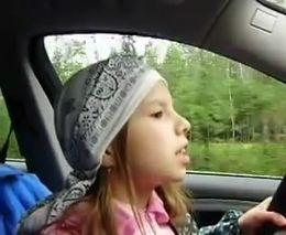 Ребенок за рулем на трассе