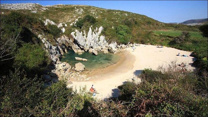 Пляж посреди луга (4 фото)