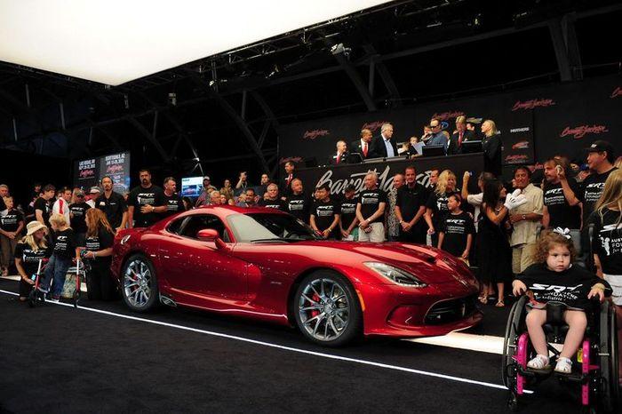 Первый SRT Viper 2013 продали за 300000$ (2 фото+5 видео)