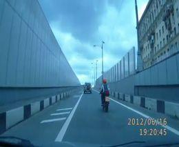 Девушка-мотоциклист убралась в отбойник