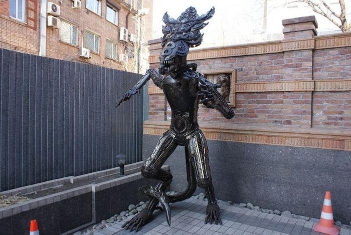 Скульптуры Чужого и Хищника (14 фото)
