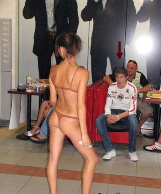 Нелепые фотографии девушек в бикини (59 фото)