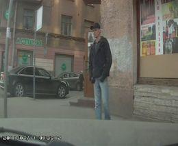Разбил стекло и украл телефон