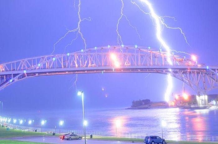 Смешной фотоприкол молния, мост, небо