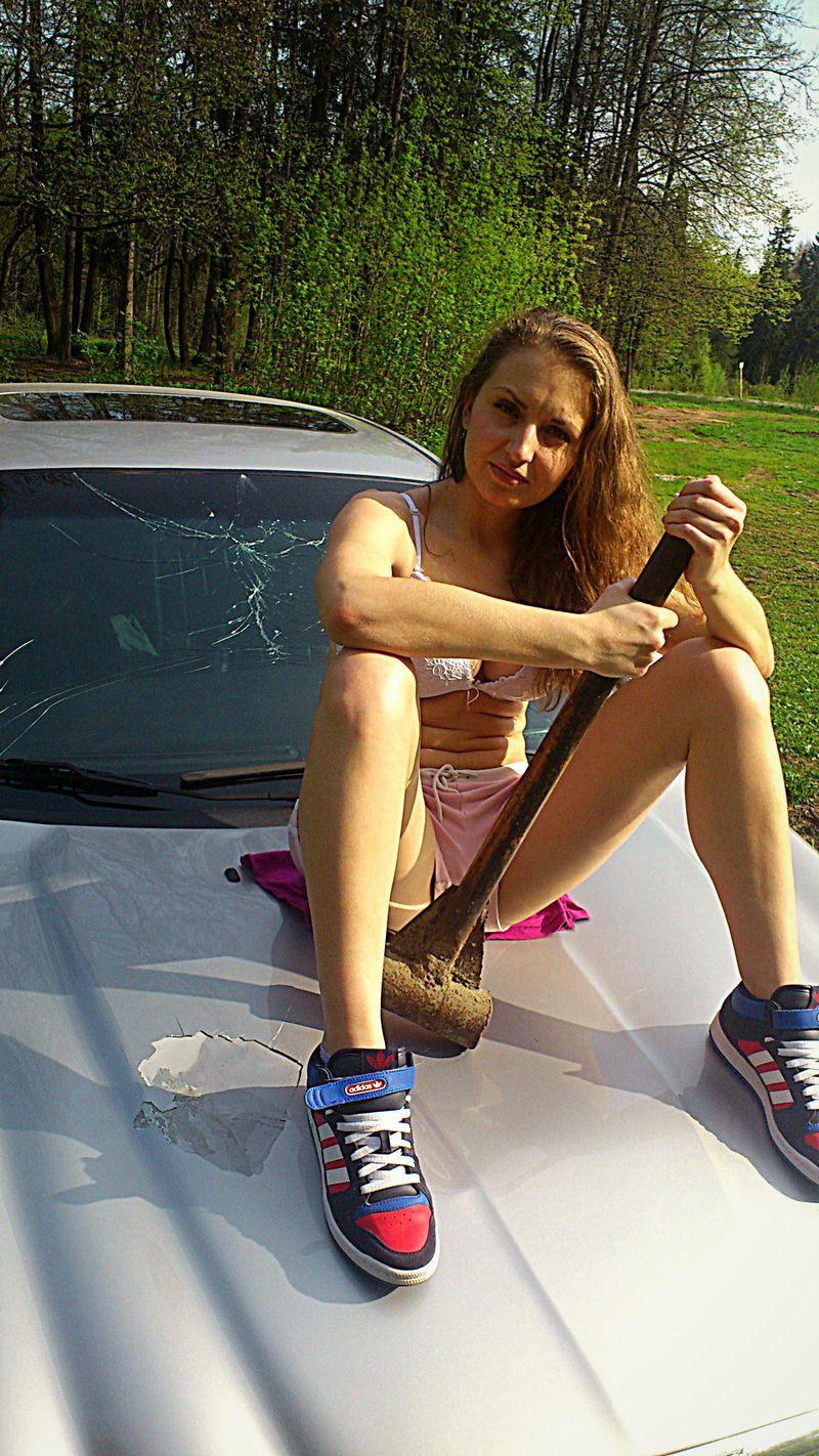 девушки нагнулись у капота машины