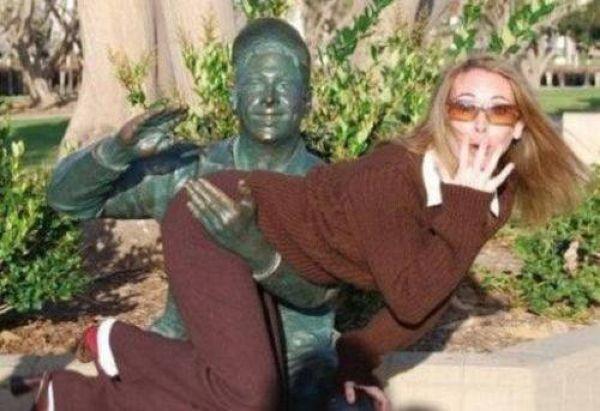 Interactuando con las esculturas Pamjatnik07