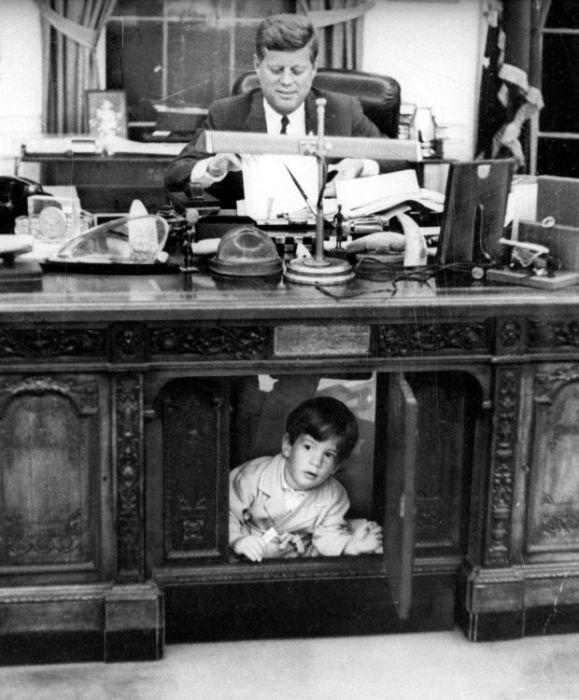 Бесплатно фото мальчик, прятки, стол