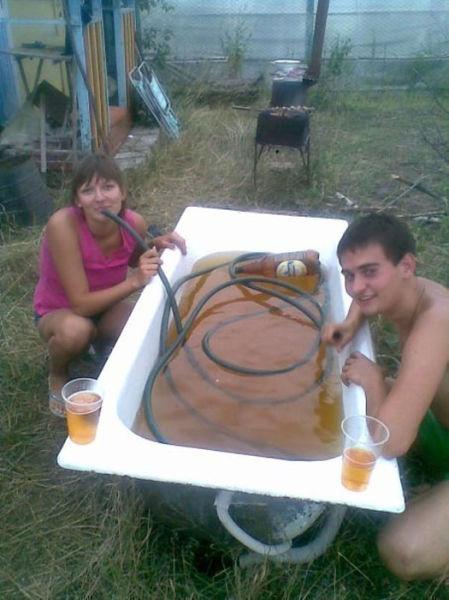 Бесплатный фотоприкол ванная, красивая жизнь, пиво, прикол