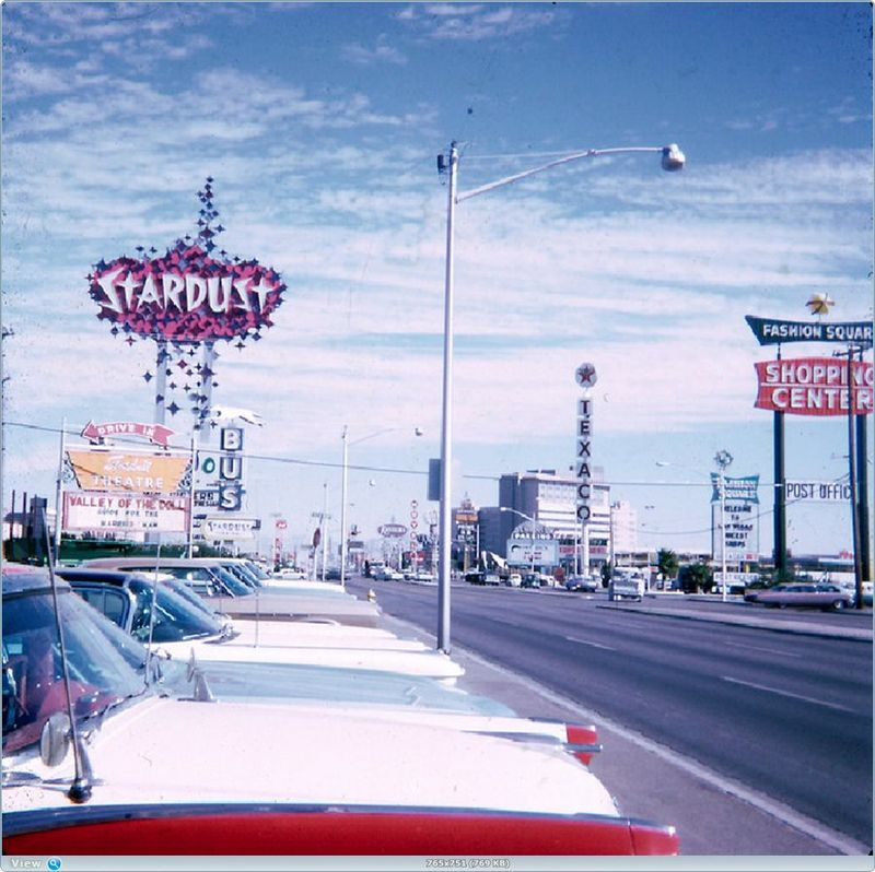 Автомобильный Las Vegas 60-х в цвете (52 фото)