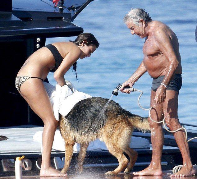 старик с молодой любовницей фото живет испании