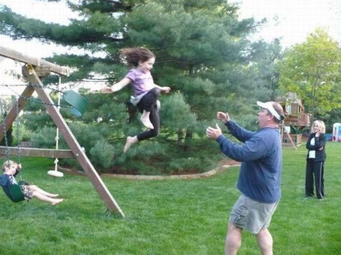 Смешная фотогалерея качели, отец и дочь, прыжок