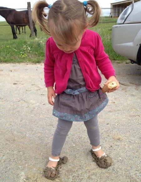 Фотоприкол дня девочка, испачкалась, наступила, ноги
