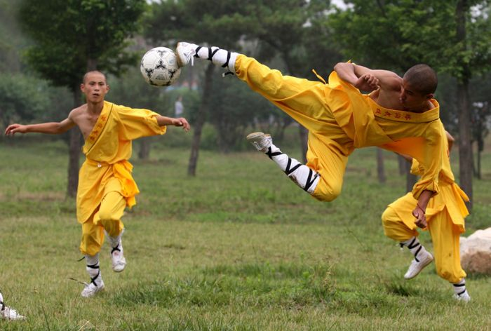 Фотоприкол фото монахи, удар, футбол, шаолинь