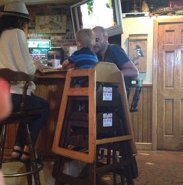 Фотография бар, отец, ребенок, стул