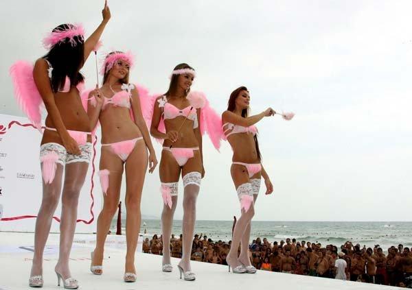 Показ K-Lynn Lingerie fashion show на пляже Бейрута (20 фото)