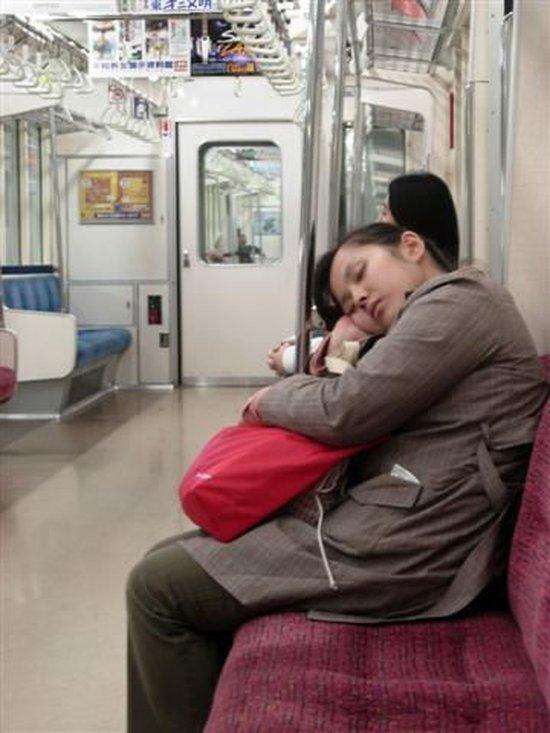 На замоскворецкой линии я уснула просыпаюсь и вижу, что поезд стоит на речном, свет притушен, никого в вагоне уже нет.