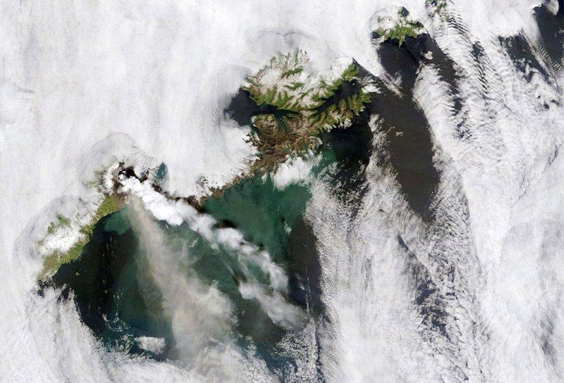Кальдера Окмок курит, снимки со спутника.