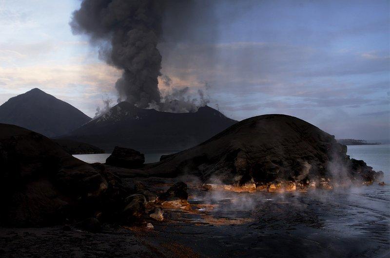 Паровые извержения от вулкана Рабула.
