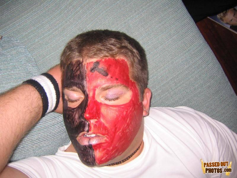 Баьы издеваются над спящими мужиками фото 202-398