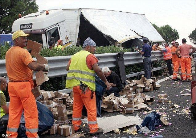 В Италии перевернулся грузовик, перевозивший два миллиона евро (5 фото)